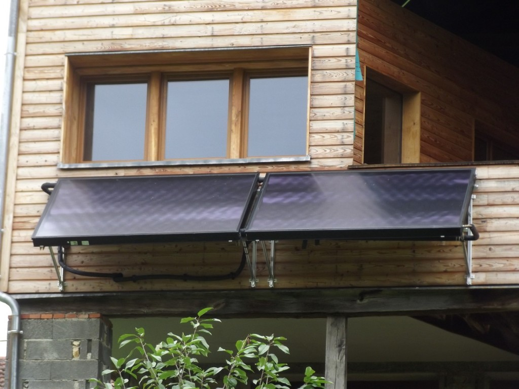 Capteurs solaires WAGNER & Co installés sur châssis en façade sur une rénovation de maison ossature bois. Montastruc-de-Salies (31)