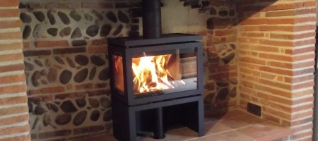 Poêle à bois DIK GEURTS Vidar Triple de 8kW  installé dans un ancien âtre. Bérat (31)