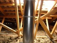 Passage en combles perdus d'un conduit de fumées inox double paroi isolé pour poêle à bois. Eaunes (31).
