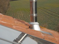 Sortie en toiture d'un conduit de fumées inox double paroi isolé pour poêle à bois. Capens (31).
