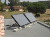 Capteurs solaires WAGNER & Co installés à 45° sur une toiture terrasse, lestage par plots bétons. Pibrac (31)