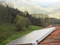 Capteur solaire WAGNER & Co installé sur une vieille maison pyrénéenne. Aspet (31)