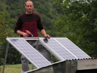 Installation  photovoltaïque pour site isolé avec modules PHOTOWATT (200Wc au total) sur châssis rabattable pour électrification d'une ancienne bergerie dans les Pyrénées. Guchen (65)
