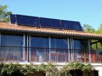Système Solaire Combiné (SSC) WAGNER & Co sur châssis métalliques, 6 capteurs - 15m2, produisant l'eau chaude sanitaire et une partie du chauffage pour une maison de 115m2 à Venerque.