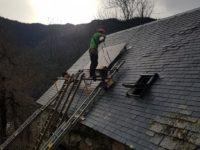 Installation en toiture pour un site isolé à Cazaux-Frechet dans les Hautes-Pyrénées. Pose de deux panneaux de 200Wc.